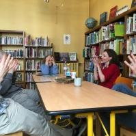 """Martine (la responsable de bibliothèque Fessart) a raconté une p'tite histoire en LSF sur le thème des """"trois petits cochons"""", nous l'avons félicité."""